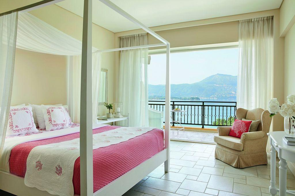 19-Panoramic-Guestroom,-with-views-of-exotic-gardens