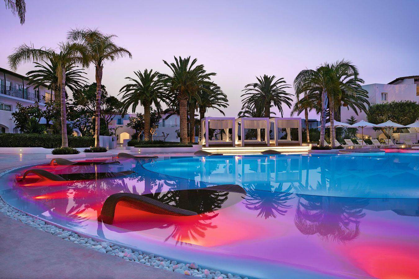 web_01-unique-illuminated-pool-with-leaf-sun-beds
